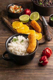 Comida brasileira deliciosa de alto ângulo