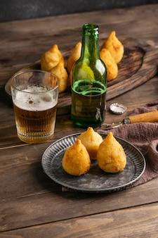 Comida brasileira no prato e copo de cerveja
