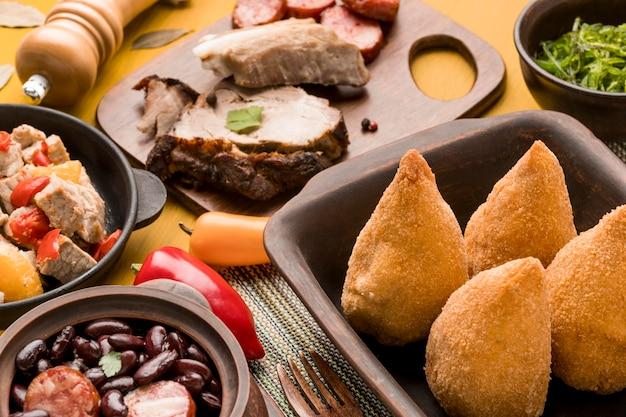 Comida brasileira saborosa de alto ângulo