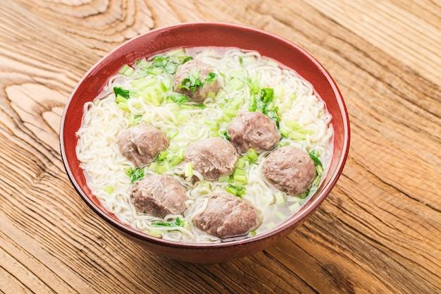Comida chinesa: almôndegas servidas com macarrão,