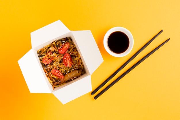 Comida chinesa com soja e pauzinhos