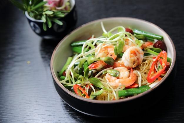 Comida chinesa de camarão e vegetais verdes com macarrão