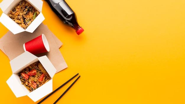 Comida chinesa de rua com espaço de cópia