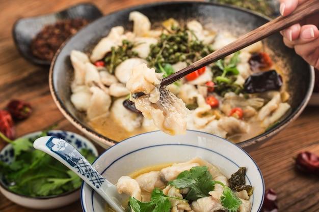 Comida chinesa: delicioso peixe em conserva
