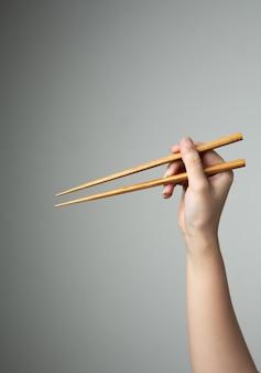 Comida chinesa japonesa asiática com pauzinho de mão tradicional