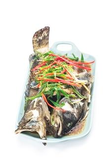 Comida chinesa: uma deliciosa garoupa cozida no vapor