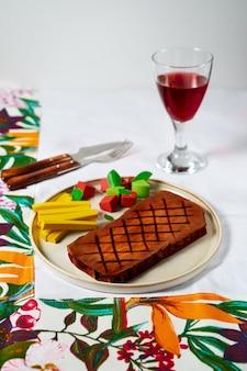 Comida colorida, mas insípida, feita de papelão como ilustração da perda do sentido do paladar