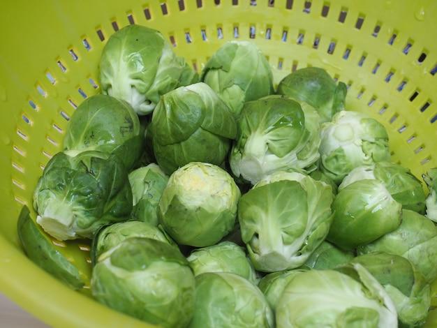 Comida com couve de bruxelas e legumes