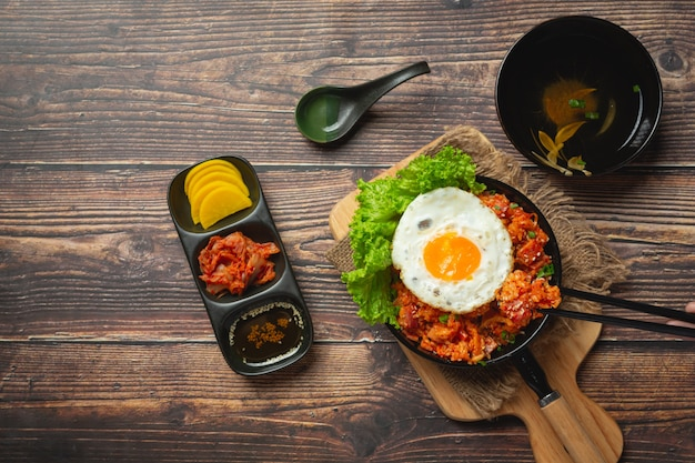 Comida coreana. arroz frito com kimchi servido com ovo frito