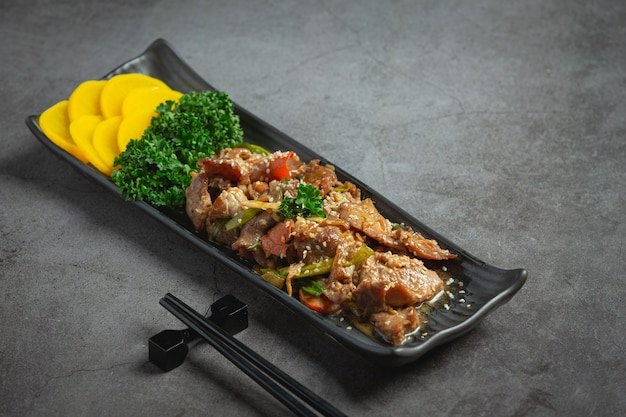 Comida coreana bulgogi ou churrasco de carne marinada pronto para servir