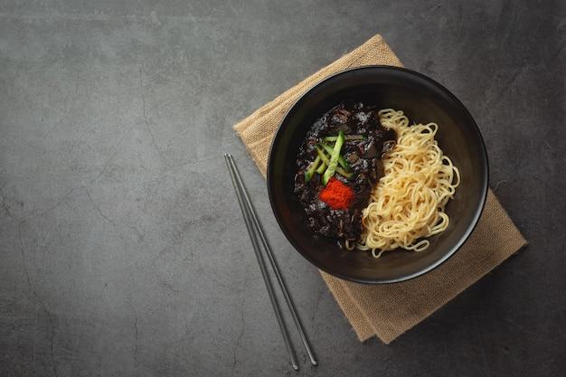 Comida coreana; jajangmyeon ou macarrão com molho de feijão preto fermentado