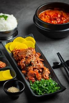 Comida coreana; jeyuk bokkeum ou carne de porco frita em molho de estilo coreano