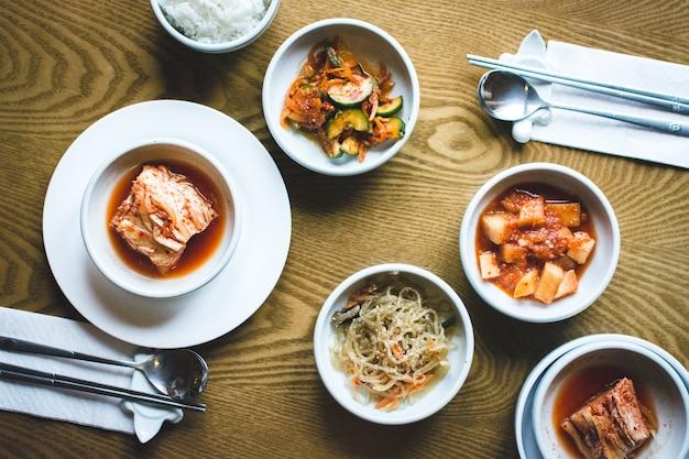 Comida coreana tradicional em um restaurante
