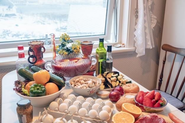 Comida crua de ingredientes com legumes e frutas, preparando-se para cozinhar