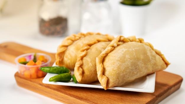 Comida da indonésia chamada pastel servida em prato branco