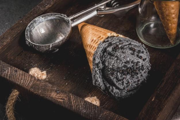 Comida da moda. sorvete preto com gergelim preto