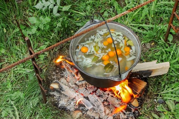 Comida de acampamento. em uma panela no fogo preparando sopa de peixe sopa.