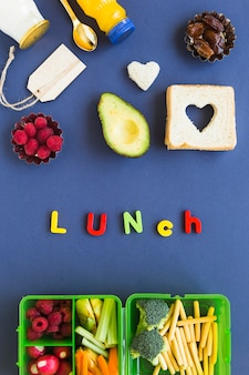 Comida de almoço saudável perto de escrever