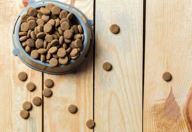 Comida de animais de estimação no piso de madeira