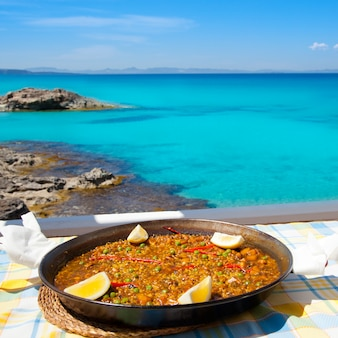 Comida de arroz mediterrâneo de paella em ilhas baleares