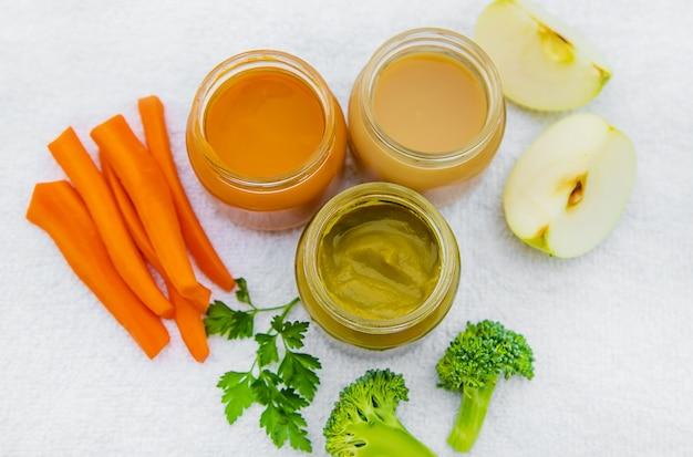 Comida de bêbe. purê de legumes e frutas em frascos