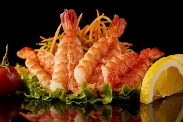 Comida de camarão com limão