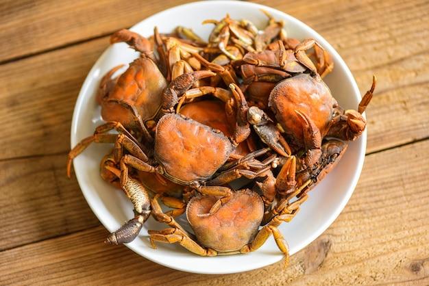 Comida de caranguejo cozido no vapor, rocha de caranguejo fresco cozinheiro de água doce selvagem em chapa branca, caranguejo da floresta ou rio de caranguejo de pedra