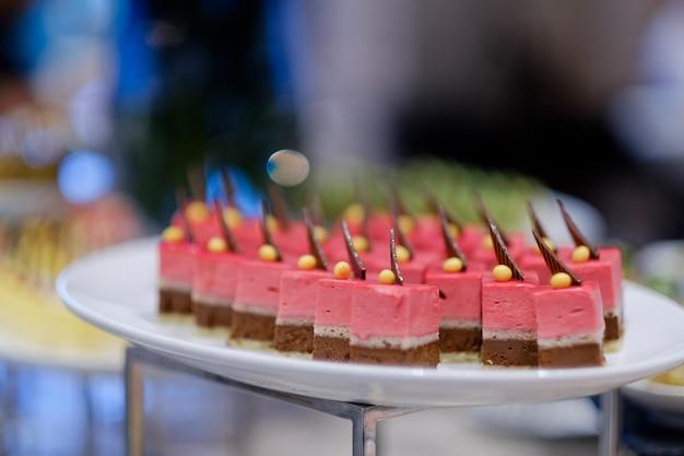 Comida de catering, sobremesa e doce, mini canapés, petiscos e aperitivos, comida para o evento, guloseima