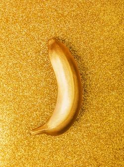 Comida de cor ouro, banana dourada no brilho brilhante ou shimmer fundo