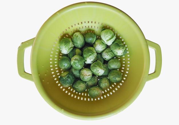 Comida de couve-de-bruxelas com legumes e verduras isolado sobre o branco