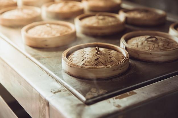 Comida de cozimento de vapor quente chinês yumcha ou dim sum no tom de cor vintage de bambu navio steamer