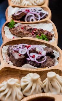 Comida de cozinha georgiana. carne grelhada com khinkali. restaurante georgiano.