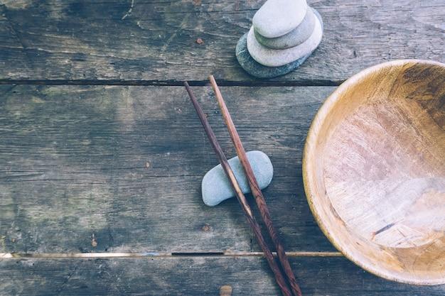 Comida de desintoxicação com tigela de madeira vazia e pauzinhos de madeira