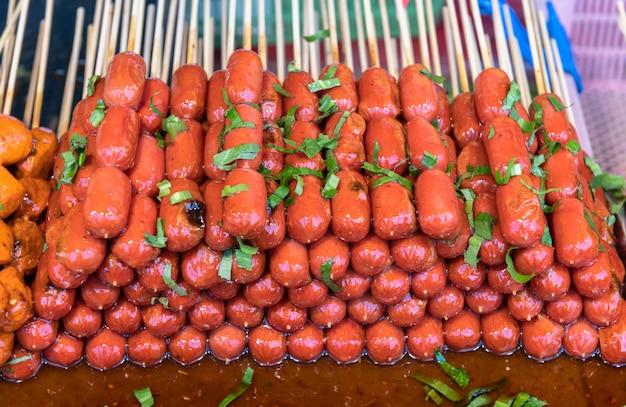 Comida de espeto de rua na tailândia.
