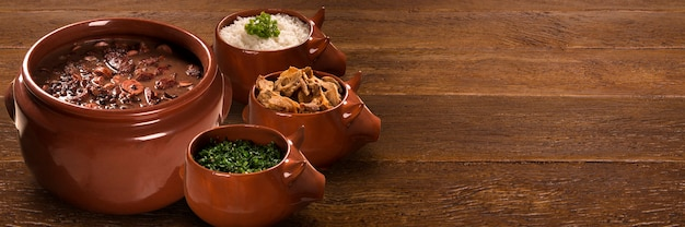 Comida de feijoada brasileira. formato ao ar livre.