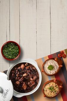 Comida de feijoada brasileira. vista superior com espaço de cópia