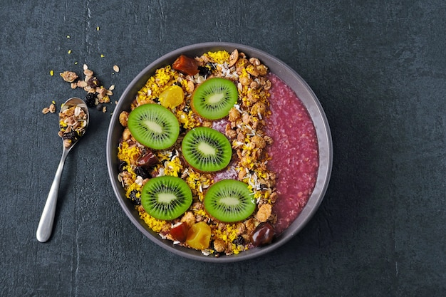 Comida de fitness. tigela vegan tigela saudável e colorida de açaí.