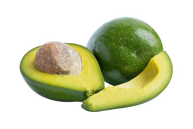 Comida de fruta abacate inteira e meio isolada no fundo branco com traçado de recorte.
