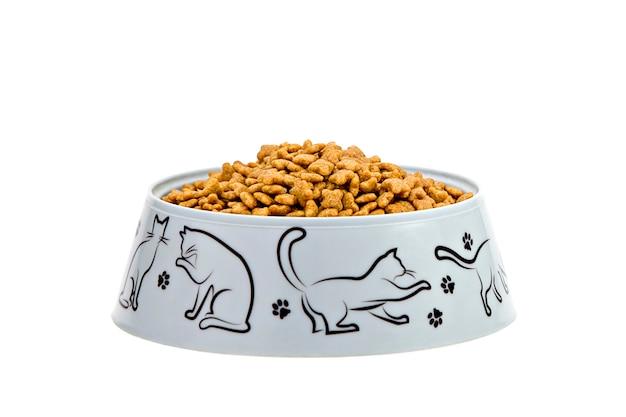 Comida de gato marrom isolada no fundo branco