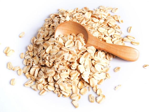 Comida de grãos de cereais com flocos de aveia cozida, aveia em colher de pau.
