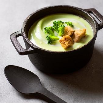 Comida de inverno com sopa cremosa de brócolis em uma panela