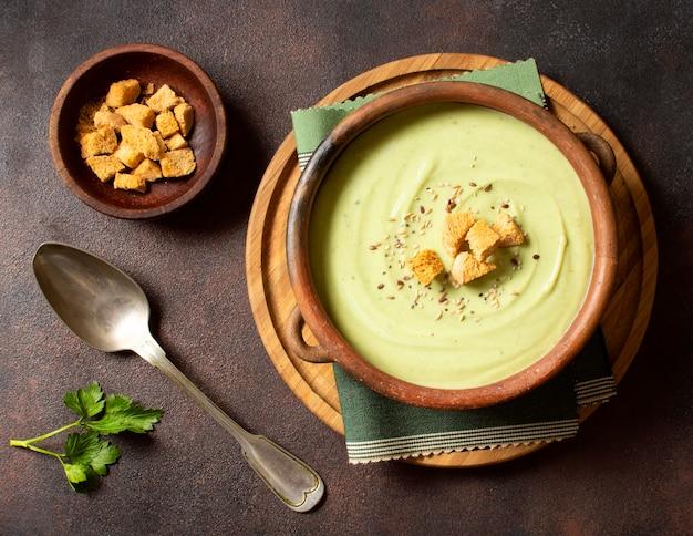 Comida de inverno com sopa de brócolis com croutons vista de cima