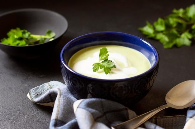 Comida de inverno sopa de brócolis com salsa
