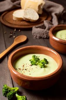 Comida de inverno sopa de brócolis em tigelas vista elevada