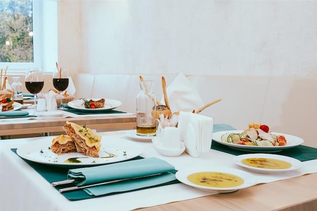 Comida de jantar servida no restaurante, configuração bonita com copos de refeição e vinho