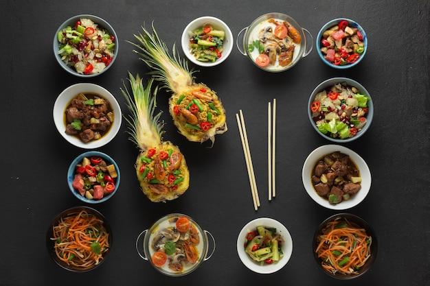 Comida de menu tailandês. muitas receitas