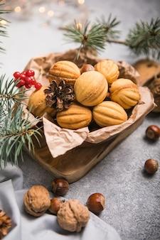 Comida de natal. bolinhos shortbread em forma de noz oreshki com caramelo