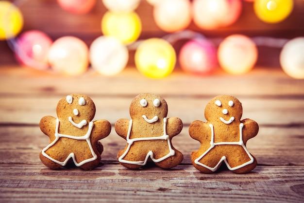 Comida de natal, gingerbread man em uma madeira.