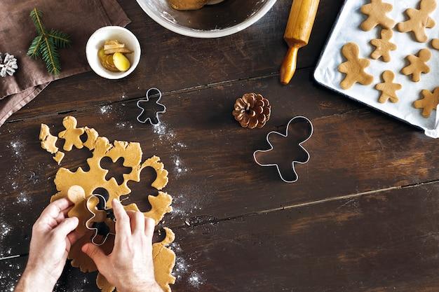 Comida de natal homem cozinhar biscoitos de gengibre vista superior sobremesa de natal