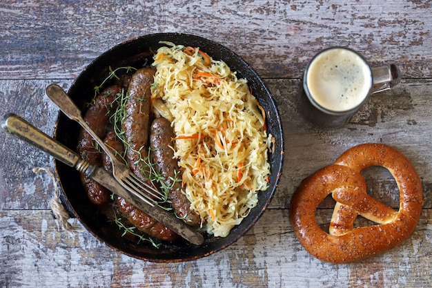 Comida de oktoberfest. salsichas da baviera quentes com chucrute em uma panela. comida deliciosa festival de cerveja